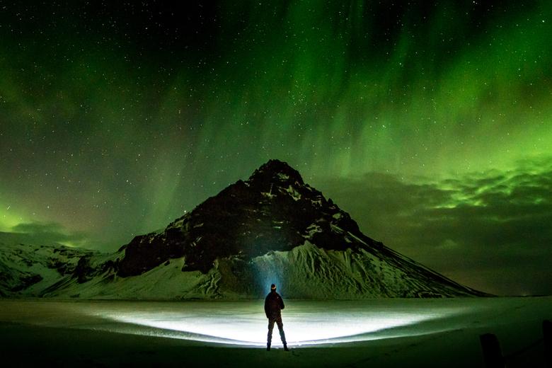 Samen alleen - Het ruwe IJslandse landschap heeft een mystiek aura om zich. Vermeng dat met een hemel vol sterren, verlicht door het noorderlicht, en