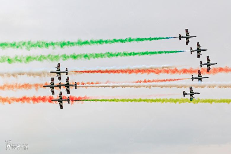 Luchtmachtdagen Leeuwarden 2016 - Een machtig gezicht om de italiaanse Frecce Tricolori op elkaar in te zien vliegen met hoge snelheid en gekleurde ro