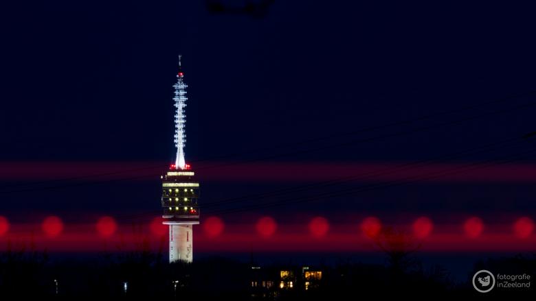 TV Toren Goes - De verlichte televisie toren in de Zeeuwse stad Goes. De lichtstrepen zijn van voorbijrijdende auto's.