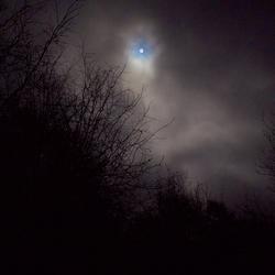 de maan vond een gaatje