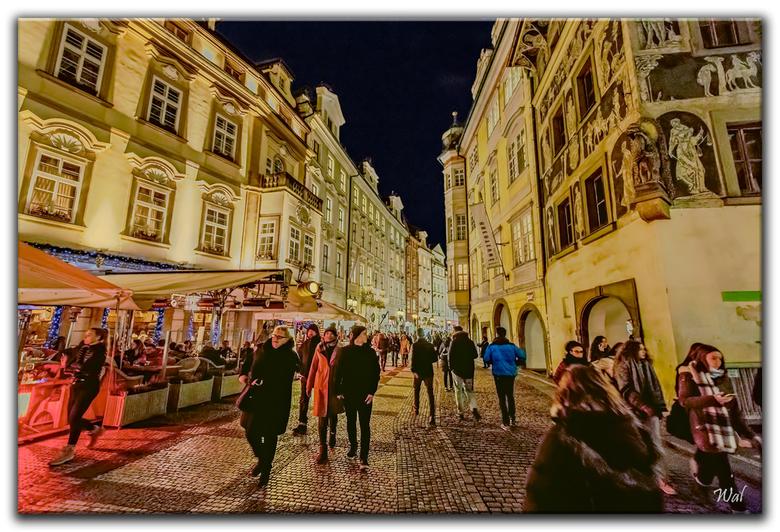 Praag By Night - De foto is uit de hand genomen. Ik vond het licht in de stad mooi. Om een redelijke sluitertijd te nemen vliegt de iso omhoog. Gelukk