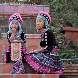 Twee zusjes in traditionele kleding