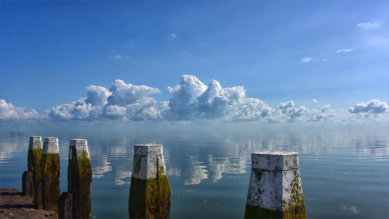 Windstil - Bij het monument op de Afsluitdijk.