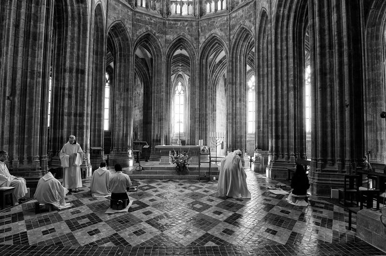 Praying - Dit is een opname uit de kathedraal van de Mont Saint-Michel in Bretagne. De lichtinval was machtig mooi. Door de omzetting naar zwart wit e