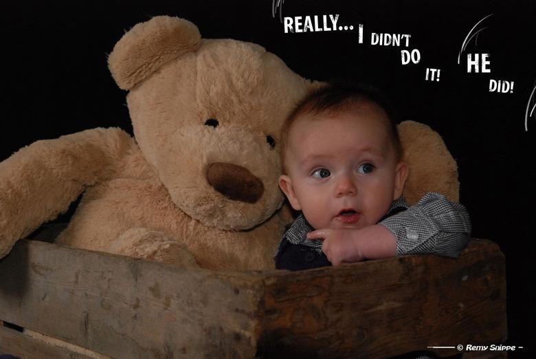 He did it! - Ons zoontje, nu 5,5 maand oud, in een fotoshootje met meneer de beer!