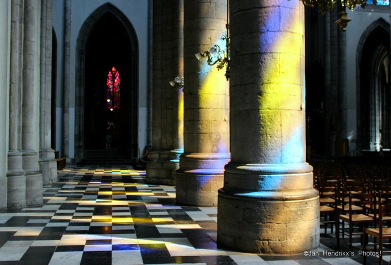 painting with light - Interieur van de Sint Paulus katherdaarl in Luik, België.<br /> De kerk heeft unieke glas-in-lood ramen die het zonlicht pracht