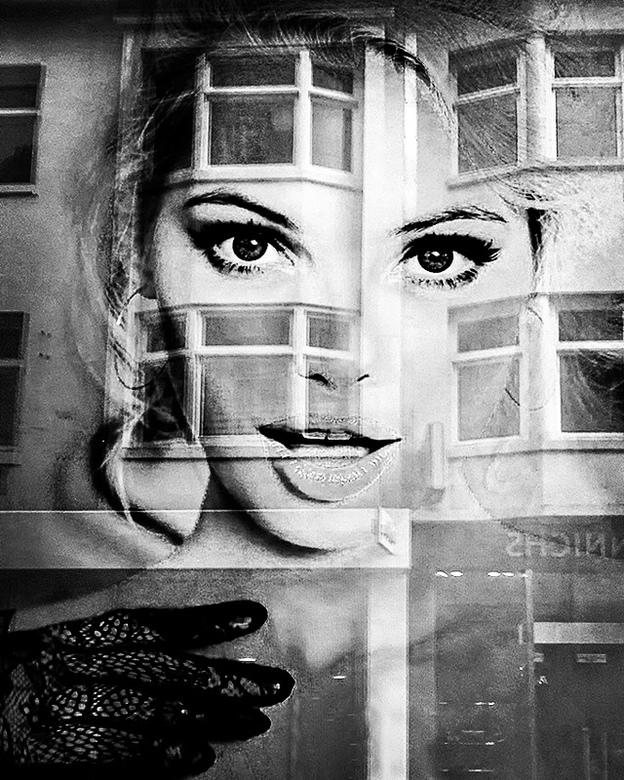 You're being watched 14 - Sex sells en daar moest ik meteen aan denken toen ik deze dame op een poster zag in een etalage in Amsterdam. En ja, Amsterd