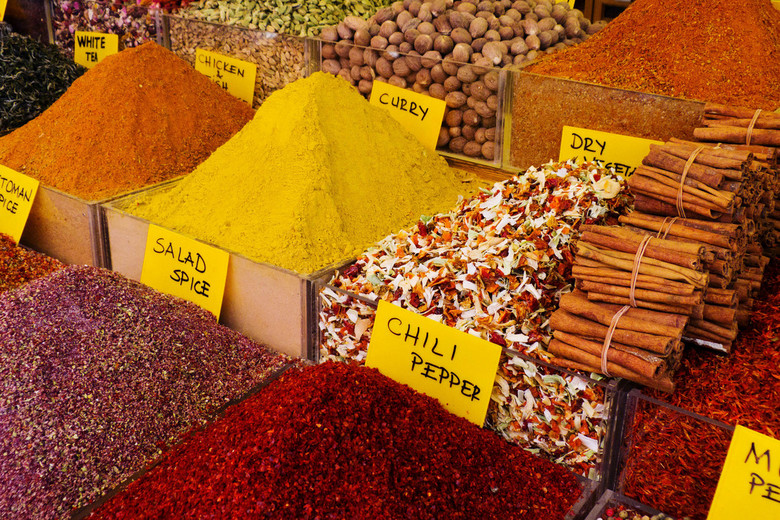 Spicemarket - Net als de Grand bazaar is ook de spicemarket een overdekte markthal. Vlakbij de Yanimoskee en de Galatabrug. <br /> Zoals de naam al z