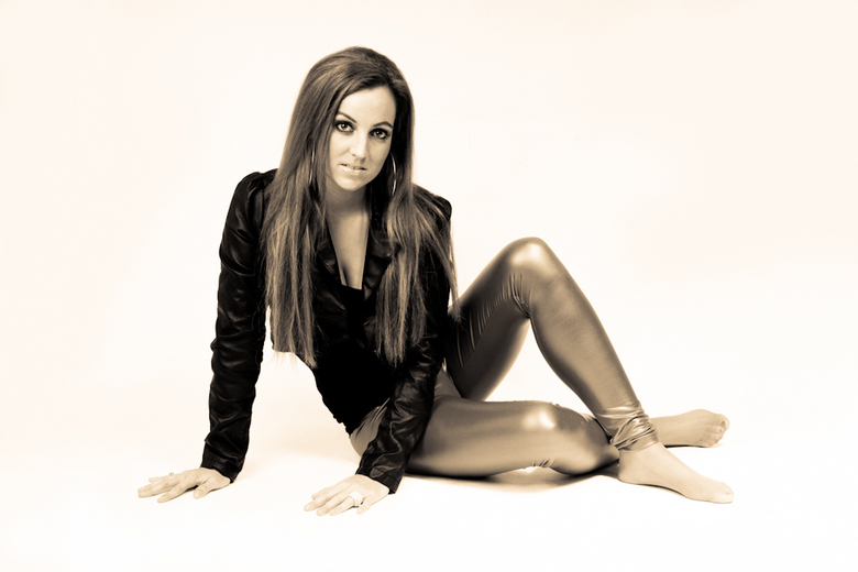 Meggy2 - Glamour in sepia