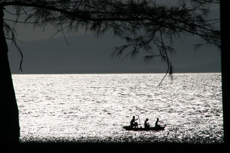 Gili Meno - drie kinderen op pad, vroeg in de ochtend op Gili Meno (Indonesië)
