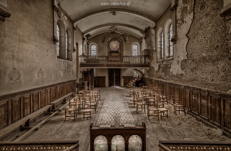 De scheve kerk - Een prachtige, extreem vervallen kerk waar geen muur, plafond, of vloer meer recht was..