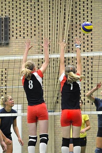 Volleybal blok - Een volleybalblok in de 3e divisie van twee jeugdige speelsters.