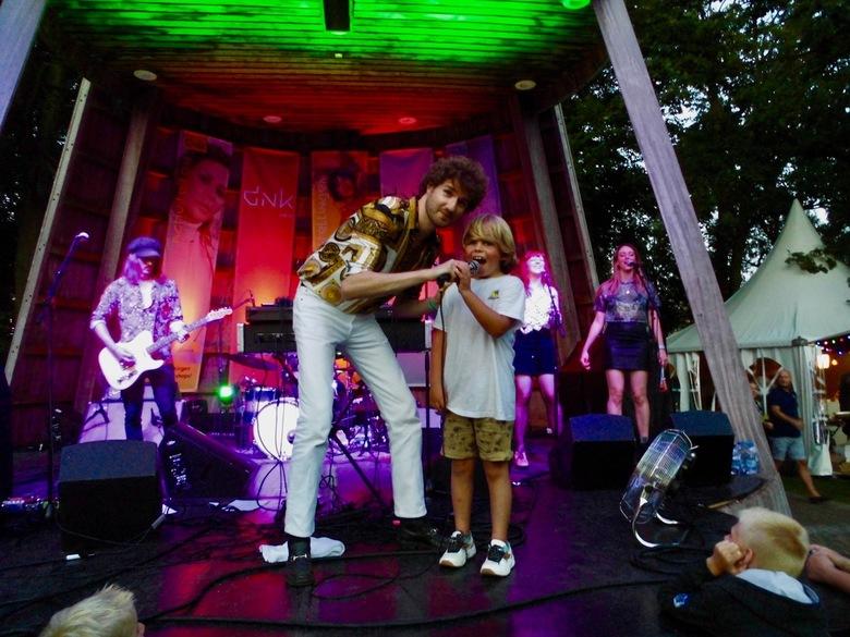 Thijs Boontjes + Fan - Optreden van Thijs Boontjes met een jonge fan op de DNK Sligro Stage (Gouverneurstuin) tijdens het Preuvenement 5 festival te A