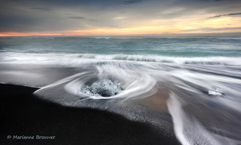 Jökulsárlón - Heerlijk om in deze warmte bezig te zijn met de IJslandfoto's... hier een ijsklontje, gefotografeerd op het zwarte strand van Jökulsárló