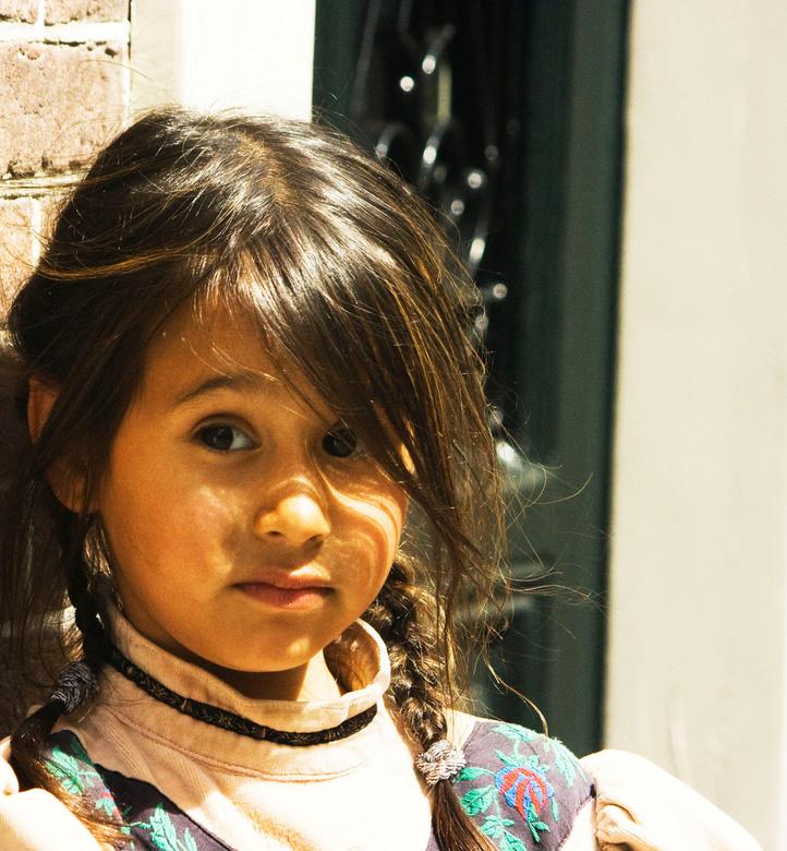 Portret, Heusden, kinderen - Tijdens het 17e eeuw midzomer feest zag ik dit meisje. Ze trok mijn aandacht en haar moeder vond het okay als ik een foto