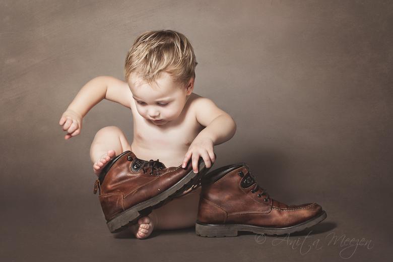 Put on Your Shoes - Dit ventje van 17 mnd was erg geconcentreerd bezig om zijn vaders schoenen aan te trekken.. een heerlijk moment om vast te leggen.