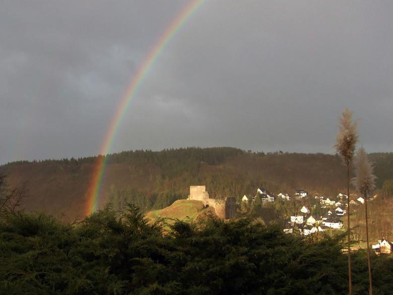 regenboog - We zouden een weekje op vakantie gaan in Virneburg Duitsland.<br /> Gisteren was daar bij het appartement ineens een heel pittig buitje.