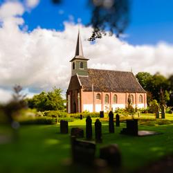 Lokale kerk met begraafplaats