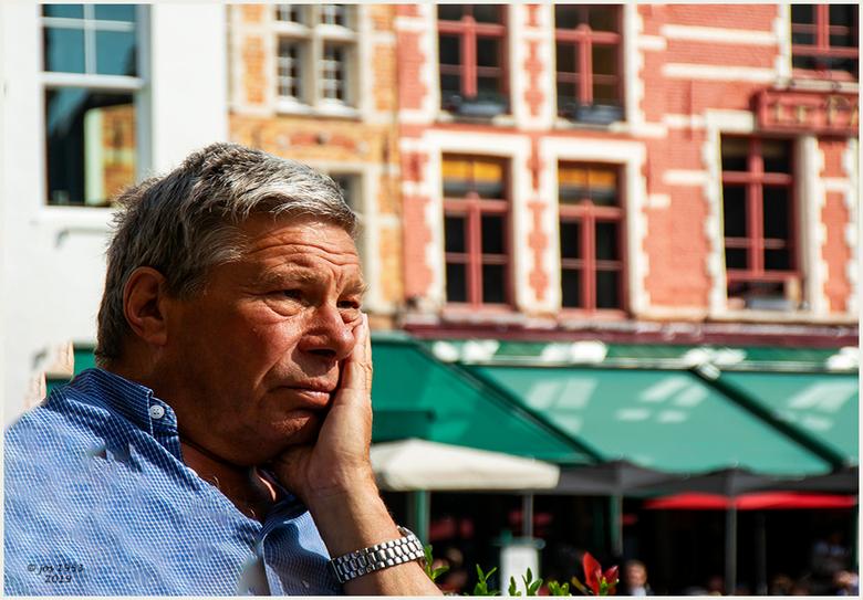 Grote markt Brugge 2 - Aan wat zou deze man aan het denken zijn ?