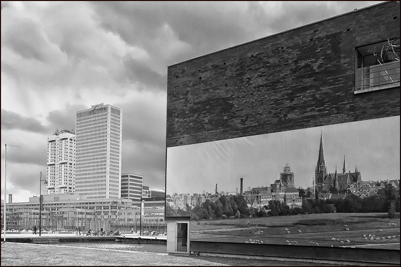 foto op foto - Foto op de zijkant van het NAI gebouw met op de achtergrond het EMC.