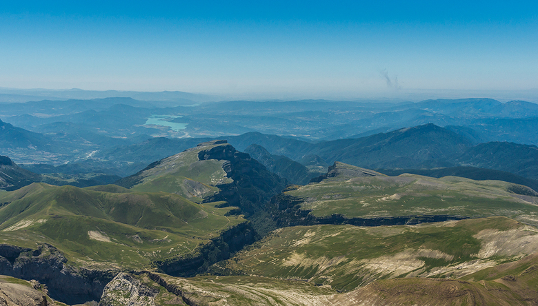 Anisclo - Bovenaanzicht op de Anisclo in de Spaanse Pyreneeën. Van bovenaf vind ik het op een suk klei lijken dat in tweeën is gebroken of waar iemand
