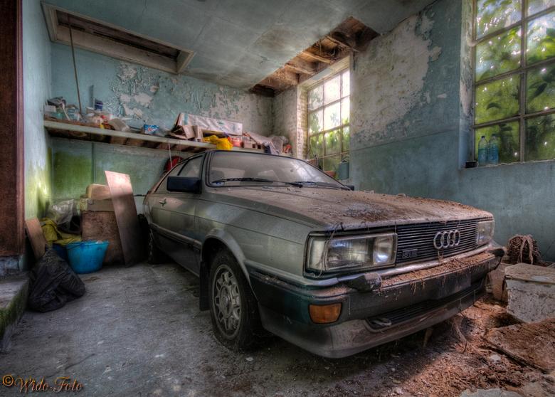 Vergeten blik... - Een oude Audi E5 Quattro ergens in een schuur bij een verlaten Villa in België. Doodzonde natuurlijk.