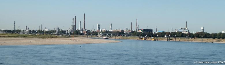 Nogmaals het roergebied - Vnaf de Rijn een overzicht van een klein gedeelte van het Roergebied.