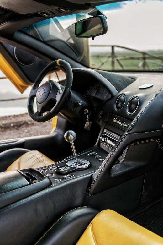 Save the manuals  - Interieur foto van een zeldzame, handgeschakelde Lamborghini Murceliago.