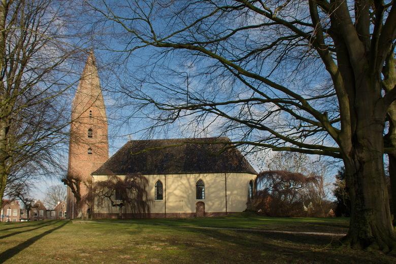 Kerk met Juffertoren te Schildwolde - De huidige kerk is gebouwd na de reformatie op de fundamenten van een oudere kerk uit de dertiende eeuw. Het is