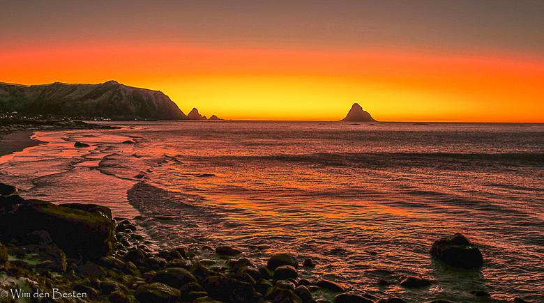 Beach Bleik on island of Andoya  - Ondergaande zon kleurt de hemel bij het plaatsje Bleik ten noorden van de Lofoten. De foto is rond half 4 gemaakt.