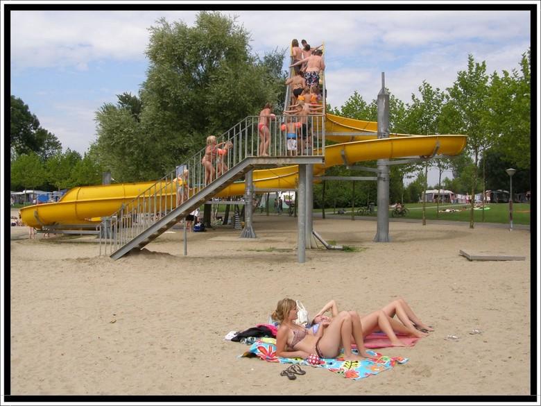 Mooi uitzicht - Veel mensen wilden in de waterbaan naar beneden, maar dan moet je eerst de trap op. Anderen liggen liever luierend op het zand te zonn