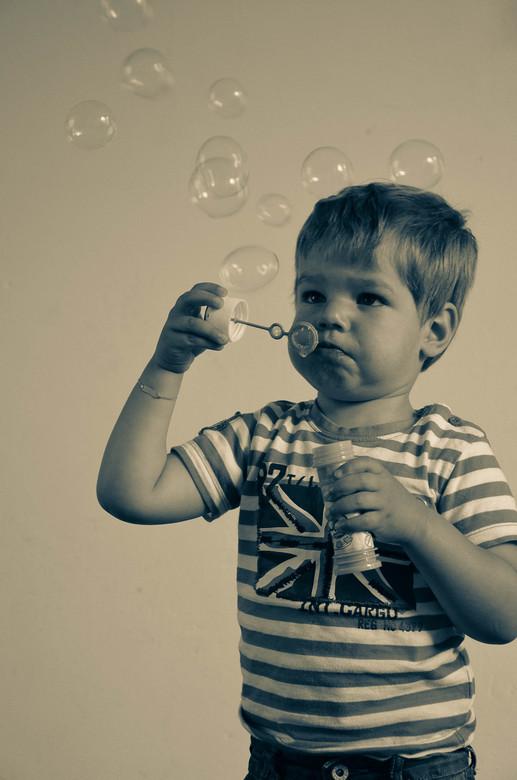 Bellen blazen - Mijn zoontje die leert bellen blazen en zo kon ik mooi wat foto's schieten.
