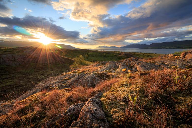 IJslandse nacht - Op IJsland moet je lang op blijven om een zonsondergang te zien. Die zonsondergang duurt dan wel heel lang, dus je hebt alle tijd om
