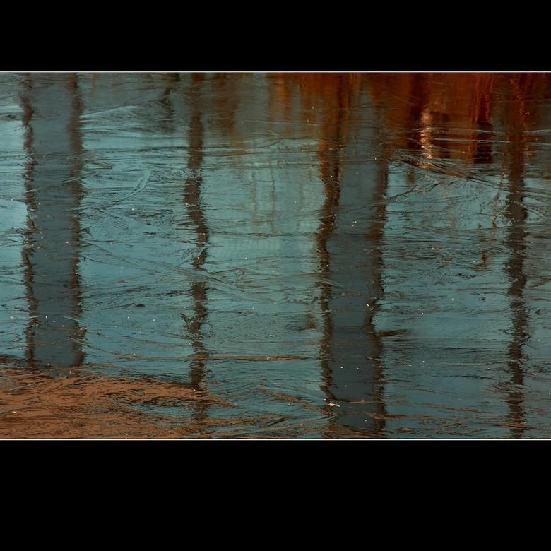 Reflectie VI - Ik ga nog even door met de reflecties.<br /> Ook hier gewoon ijs - zonlicht - camera en CS2.<br />