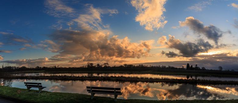 Prachtig zitje om de wolkenreflectie te bekijken in de Linge - Ik hou van het ochtendlicht dus vaak de zonsopkomst
