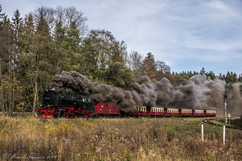 HSB 99-7232 Brockenbahn - HSB 99-7232 verlaat Drei-Annen-Hohne om over de Brockenbahn naar de top van de Brocken te rijden, Harz 2019