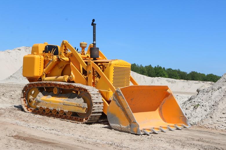 Rust - Een oldtimer Caterpiller bulldozer wachtend om weer te mogen schuiven.