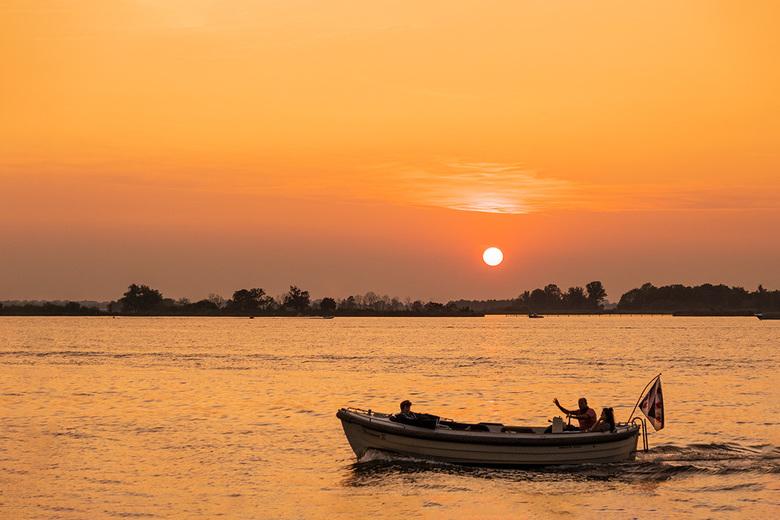 Sunset Sneekermeer - Tijdens een prachtige en zwoele zomeravond kwamen er veel bootjes langs. Sommigen zwaaiden zelfs naar mij.<br /> <br /> Groet P
