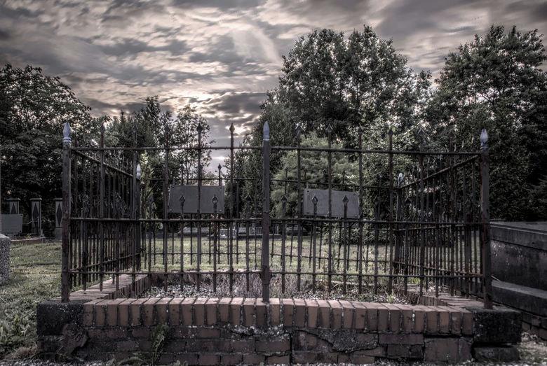 rust zacht - kreeg inspiratie door een fotowedstrijd, gisteravond naar de begraafplaats geweest (buiten openinsgtijd) en daar een dik uur op mijn knie