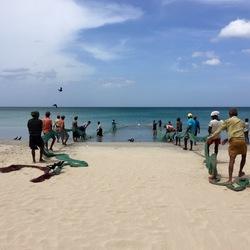 Lokale vissers op het strand in Trincomalee