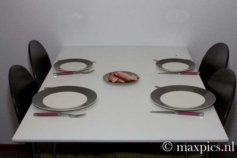 starving - Een bijna lege tafel met nette borden, Wat valt hier nu van te maken.... - een uitstapje naar een ander genre dan macro en natuur fotografi