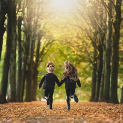 Spelende kinderen in herfst
