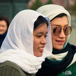 Twee dames voor de Christus Verlosserkathedraal in Moskou