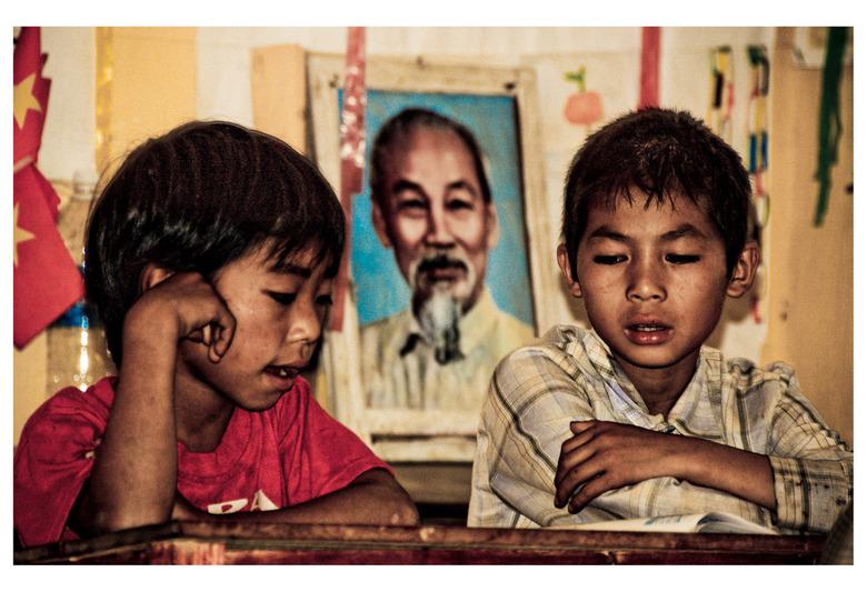 Ho presence in Class - Deze twee kleine mannetjes concentreerden zich op hun op te lezen schoolwerk in een bergdorpje in Sapa. Terwijl zij dat deden k