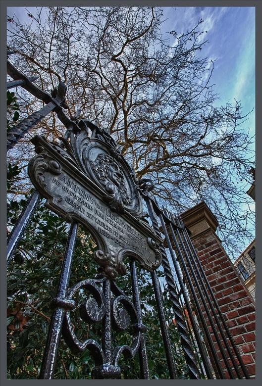 Met dank aan Anthony - Kwam dit fraaie hek tegen in Delft.<br /> <br /> Mocht het niet te lezen zijn, er staat:<br /> <br /> Antony van Leeuwenhoe