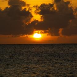 mooie zons ondergang op Aruba