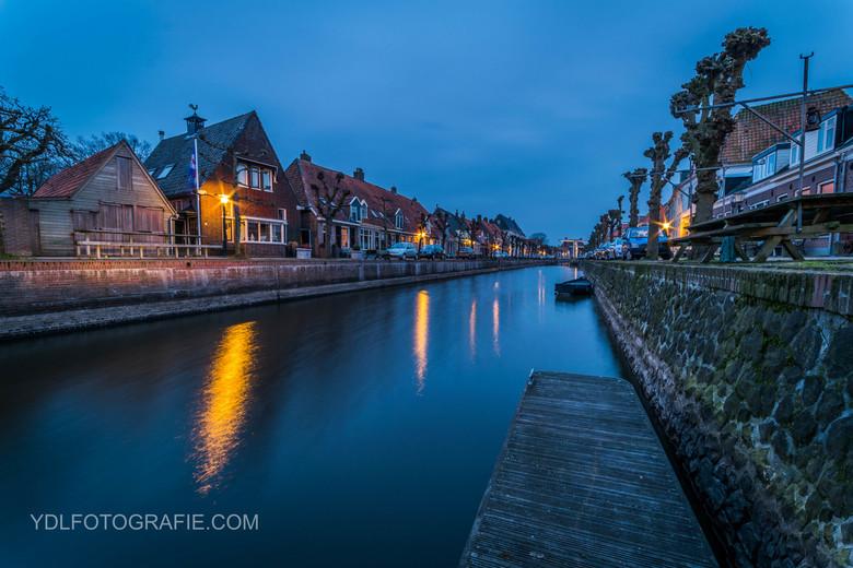 De stadsgracht van Hasselt tijdens het blauwe uurtje. -