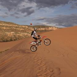 Crossmotorrijder op Coral Pink Sand Dunes (VS)