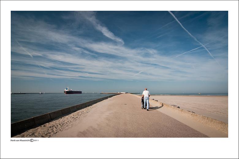 Wijk aan zee-01 - Dagje met Fred naar de pier.<br /> Na een hele tijd gelopen te hebben leek hier in de verte eindelijk het eindpunt in zicht,foutje