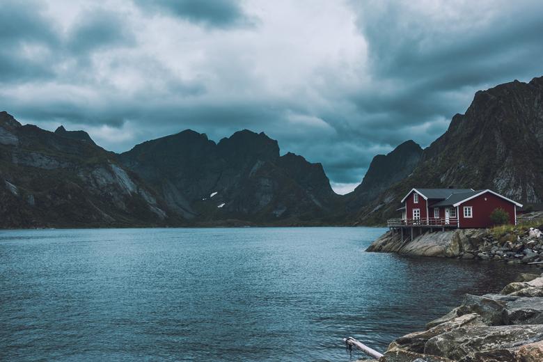 Lofoten cabin - Meer foto&#039;s? Volg https://www.instagram.com/wanderfuldug/<br /> <br /> Deze foto omschrijft Lofoten uitstekend. Fraaie rode cab